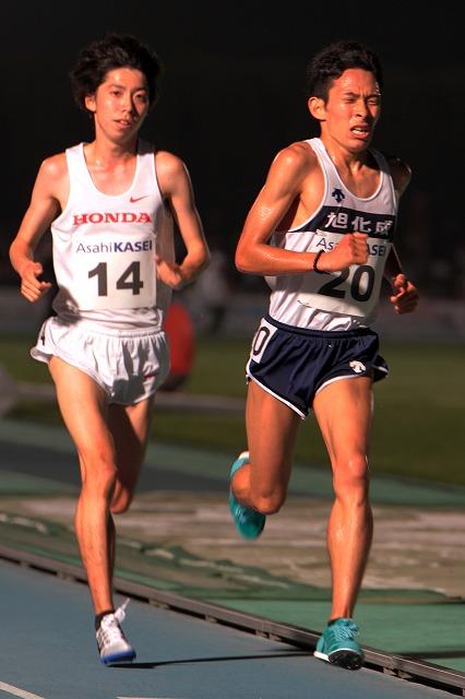 男子1万メートル。設楽悠太選手(左)と競り合う市田孝選手