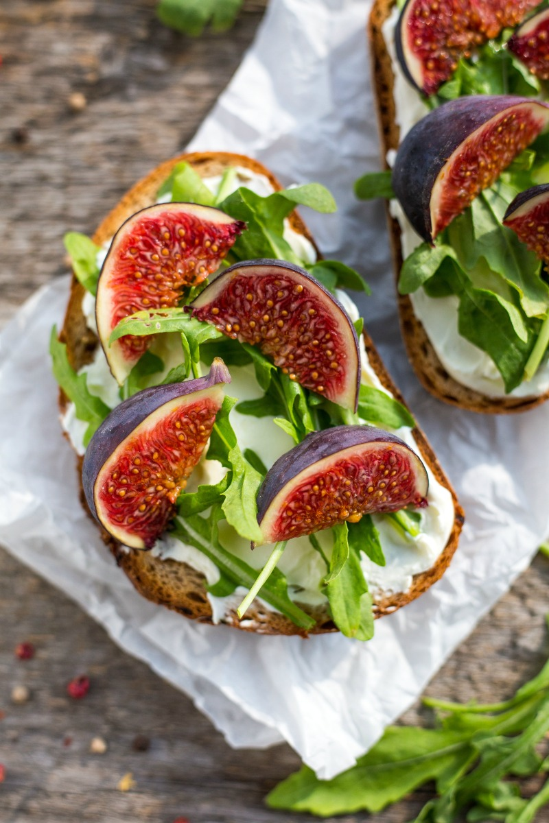 A healthy lunch sandwich with only 4 ingredients and 2 minutes to prepare. The perfect lunch for a roadtrip or anytime when you need something healtyh fast!