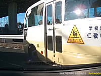 園児を乗せて被せ左折。埼玉の幼稚園の送迎バスの運転がちょっとひどい。