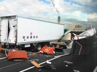 首都高湾岸線で起きたトラックバラバラ事故の社内に運転手の姿が(@_@;)