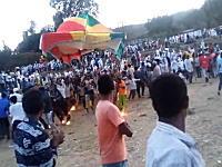 エチオピアのお祭りで集団感電。大勢で運んでいたテントが電線に接触してしまい。