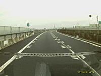 4tトラックに突っ込まれた軽トラックのドライブレコーダー映像がこっわい(((゚Д゚)))