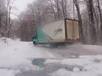 トラックで雪ドリ!雪の積もる峠道に現れたすご腕のトラック運転手。
