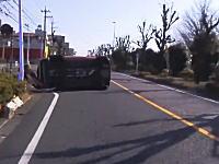 この運転手に何が。フラフラ運転していたノートが横転してしまう瞬間ドラレコ。