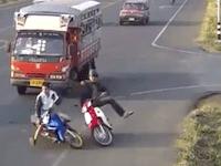 ノールック合流が原因で若い男性がバスに轢かれてしまう事故のビデオ。