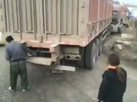 これは天才。中国の大型トラックに搭載されたとても便利そうな装備の映像。