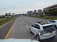 海外の交通トラブルがwww進路妨害してきたSUVにブレーキを踏んであげない大型トラックの車載ビデオ