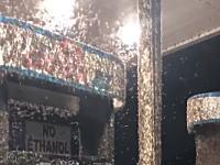 キモすぎ。超大量のカゲロウに占拠されたガソリンスタンドの映像がヤバい。
