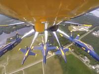 ブルーエンジェルスの内側カメラ。密集ダイヤモンド編隊離陸からの曲芸飛行。