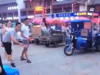 生きたアヒルを的にした中国の輪投げ。これ動けないように足が縛られている?