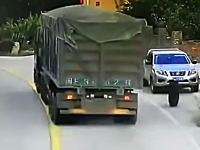 酷すぎワロタwwwトラックから外れたタイヤで停車中の車が廃車にwww