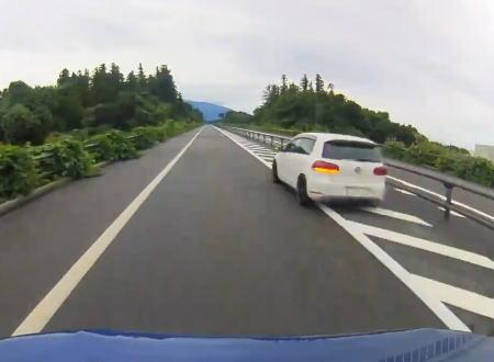 これ何キロでてんだ?日本海東北自動車道で無理な追い抜きをする超速のゴルフが撮影される。