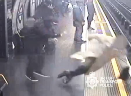 ロンドンの地下鉄で撮影された突き落とし殺人未遂事件の映像が怖すぎる。