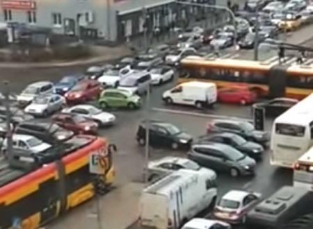これは酷すぎるwwwワルシャワの交通渋滞があまりにも嫌すぎる動画。誰がわるい?