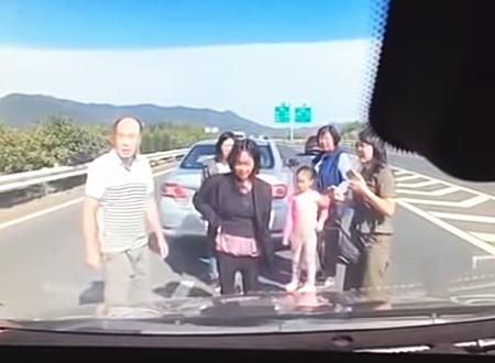 信じられない。高速道路のど真ん中で車の外に出た家族に後続車が突っ込む事故。