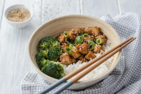 Medovo-sezamové tofu je dokonalá kombinace sladké a pikantní chuti. Jde o atraktivní cestu, jak připravit výborný vegetariánský pokrm.