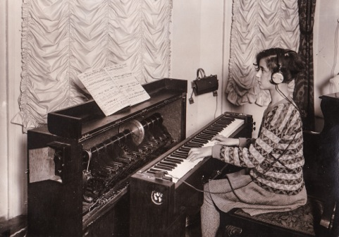 Anni Spielmann (Emerich's daughter) playing the Superpiano