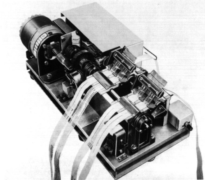 The punch-paper strip controller (Lochstreifen-Schnellsender) A synchronous-motor moves the paper strips across the reader. The 4 parallel moving strips are read by removeable steel wire brushes. The system can also be run in reverse.