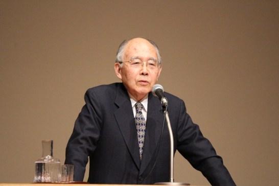 笑いの中にも、憲法の価値をわかりやすく説く中馬清福氏