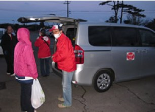 AAR Japan delivers relief supplies to a welfare facility for the disabled.