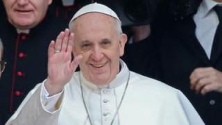Papa përshëndet shqiptarët: Vuajtën regjimin e tmerrshëm ateist, shembull i tolerancës