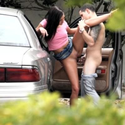 Sexo para parejas - sexo entre coches en un aparcamiento público