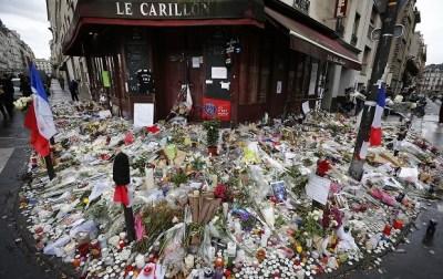 テロリスト vs エロリスト In パリ …マドンナが同時テロ追悼広場でゲリラライブ(動画アリ)