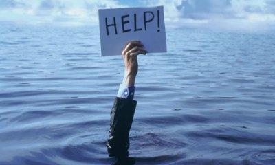 砂浜にヤシの葉で描かれた「HELP(助けて)」の文字<画像>無人島に漂着した男性らを発見救助