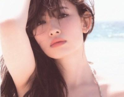 小嶋陽菜ちゃんポッコリおばちゃん腹 気のせいじゃなかった<最新黒ビキニ画像>「太った?」「ムチムチ」と驚きの声
