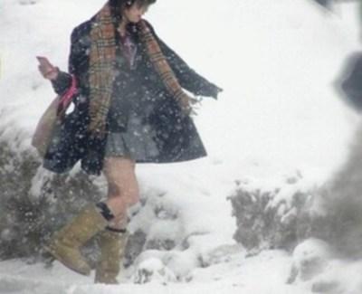 まるでコント 雪道で転びまくる女子高生がカワイイと話題に →GIFと動画