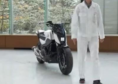 【ナニコレ凄い】倒れないで自立 無人で人の後を追うするバイクをホンダ世界初公開<動画アリ>Honda Riding Assist