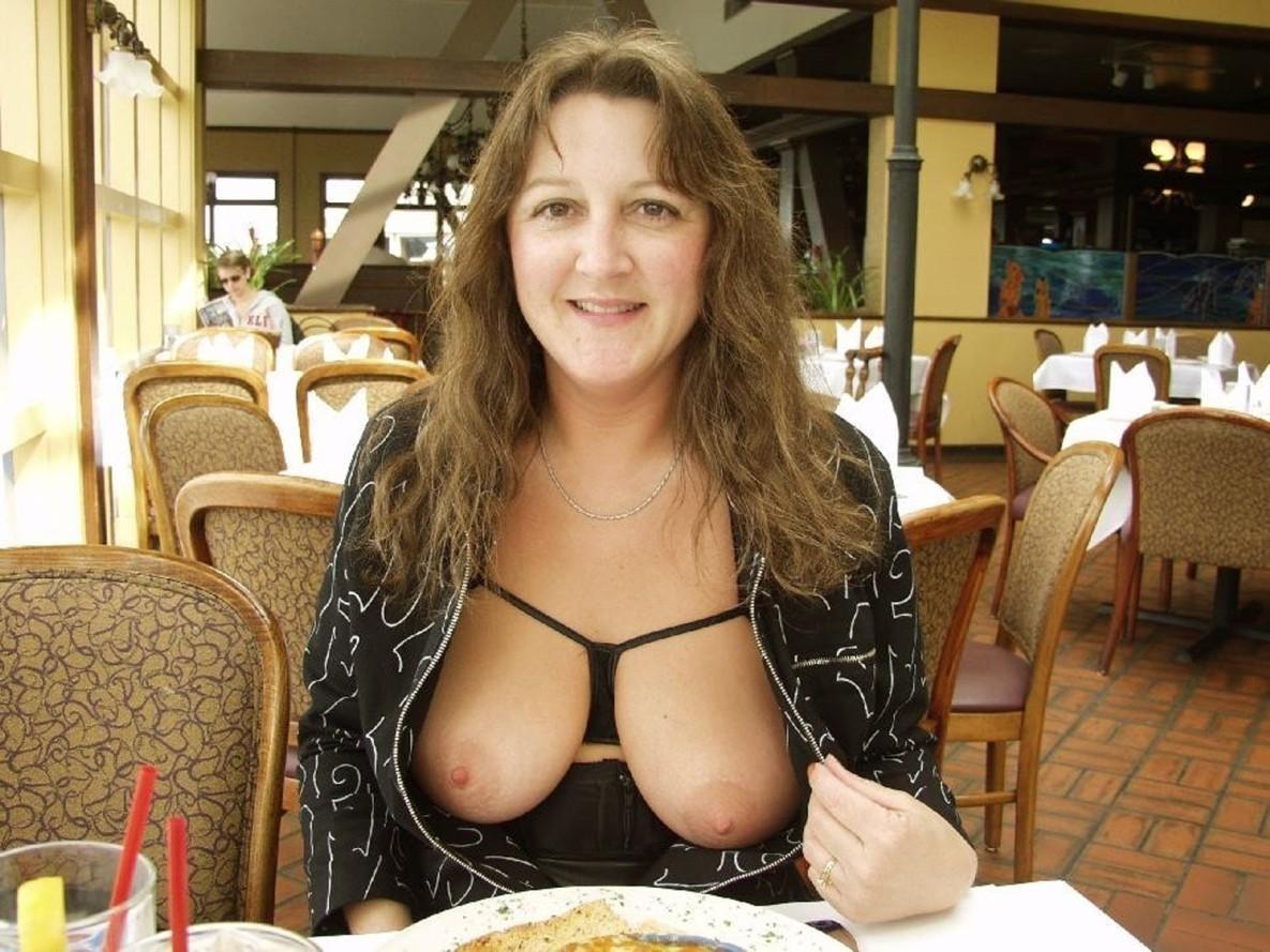 loose top no bra downblouse