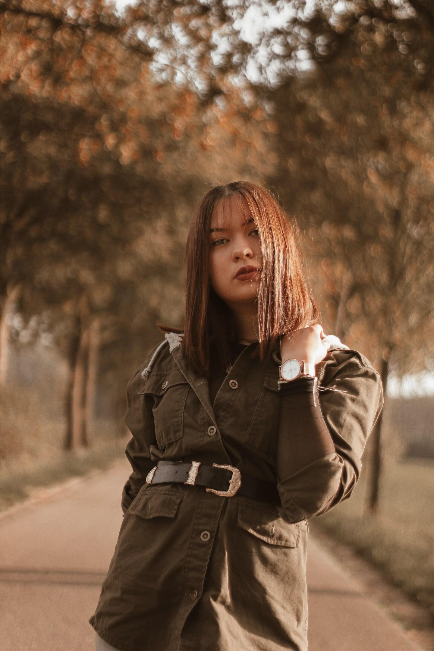 Instagram foto van Elles met herfstkleuren op achtergrond en haar haren geknipt