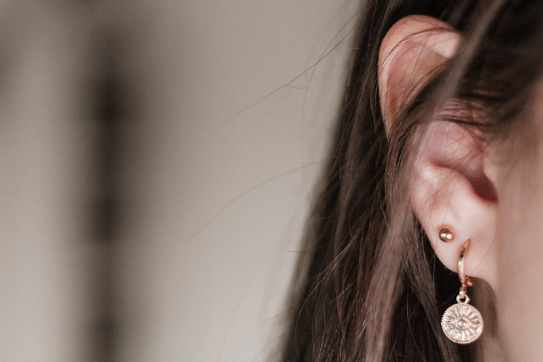 Tweede gaatje: Close-up oor Elles met haar tweede oorbel