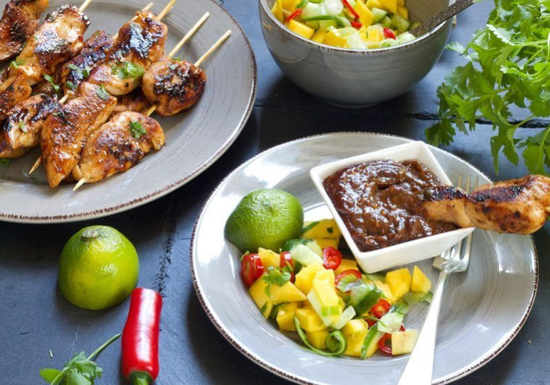 kyllingsatay-med-peanottsaus-og-mangosalat