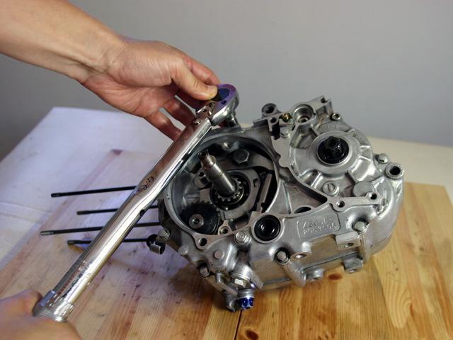 モンキーのエンジンをトルクレンチで締め付け