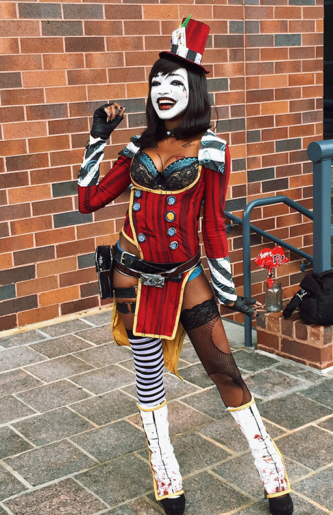 humanslikeme:  Mad Moxxi pics from AWA this weekend by Kay Thomas (Kay Bear Cosplay). HD pics to come! [self]
