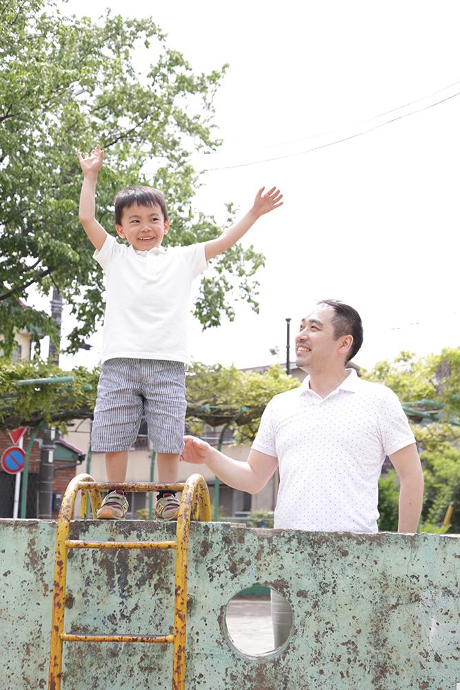パパと一緒に公園で遊んでいる写真