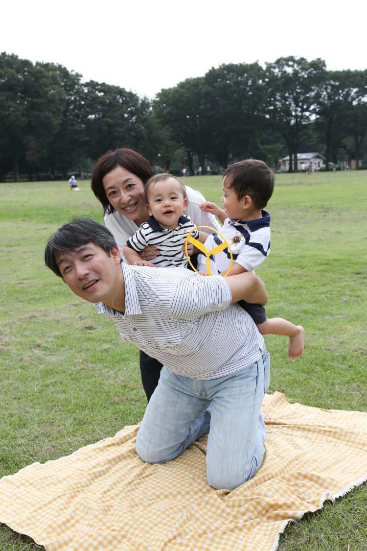 パパの背中に乗って家族写真