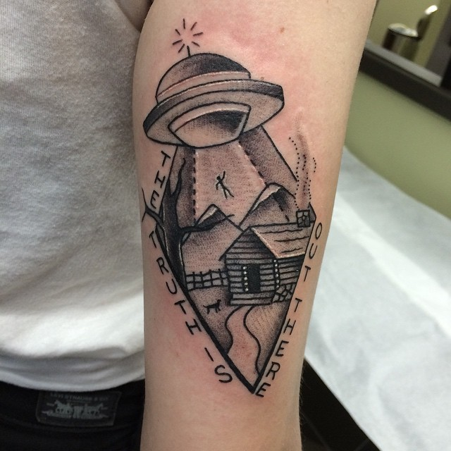 Did a quick pair of #UFO today@broadstreettattoo #tattoo #henryonly #abduction #ET #thetruthisoutthere #thexfiles