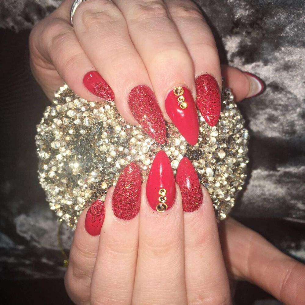@nails_by_demicasey creating festive glam💋 💅