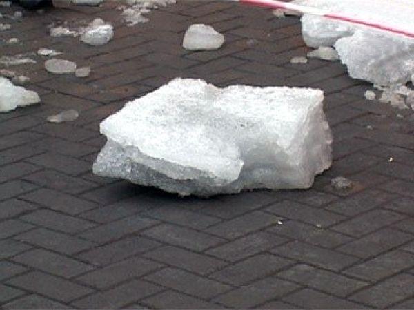 Глыба снега упала на москвича
