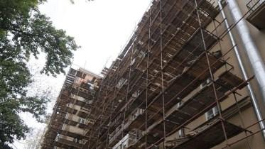В Москве со строительные леса упали на крышу соседствующего со стройкой здания: никто не пострадал