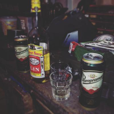 #fridaynight #garage #custom #motorcycles #working #drinking #friends #crazycombo #beer #gin #77c #7sevencustoms