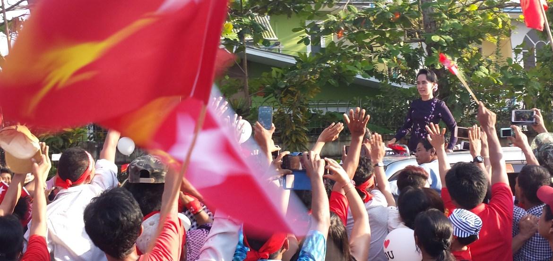Tausende Fans jubeln Aung San Suu Kyi bei einem Wahlkampfauftritt in Yangon zu, Foto: Mathias Peer