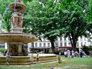 Fountain in Square Louvois 1