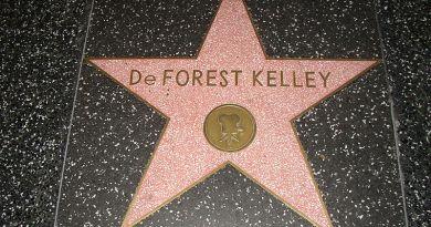 800px-DeForest_Kelley_-_Walk_of_Fame