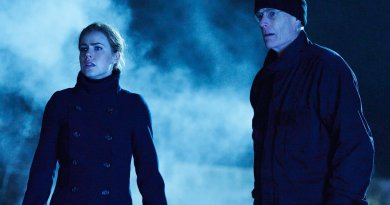 "12 MONKEYS -- ""Fatherland"" Episode 210 -- Pictured: (l-r) Amanda Schull as Cassandra Railly, Matt Frewer as Dr. Isaac Kirschner -- (Photo by: Ben Mark Holzberg/Syfy)"