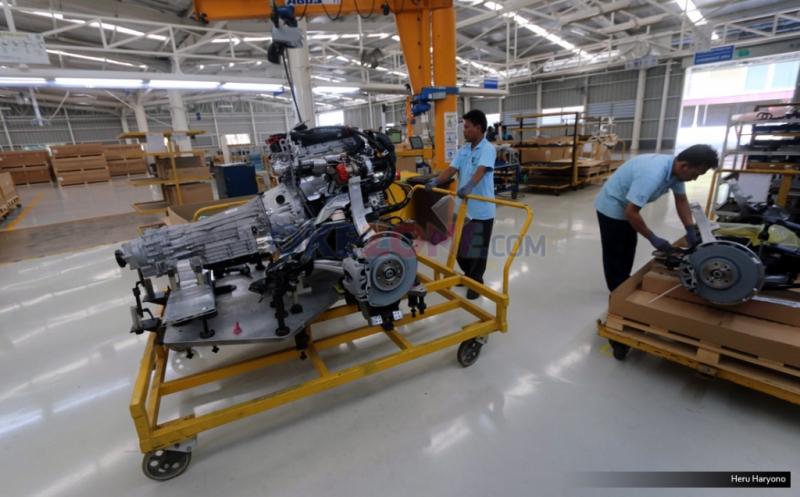 Pekerja merakit mesin mobil Mercedes-Benz di Wanaherang Plant, Bogor, Jawa Barat, Selasa (24/5/2016). Produsen Mercedes-Benz mengumumkan dimulainya produksi lokal Mercedes-Benz GLC model SUV bergaya Sporty, Mercedes-Benz GLC merupakan produk yang dirakit di Wanaherang Palnt.