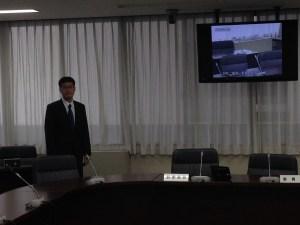 委員会室の大型モニター